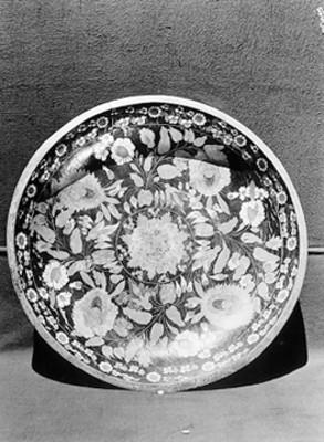Platón de barro decorado con motivos florales
