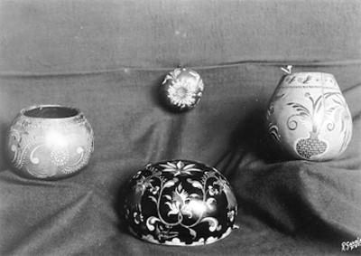 Ollas y tazón decorados con pinturas de flores, lote