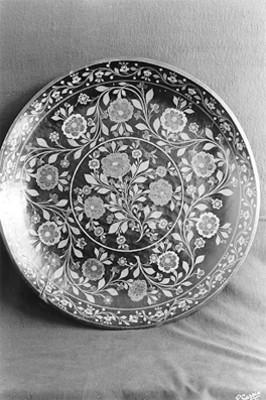 Plato de barro decorado con motivos florales, detalle