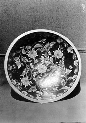 Tazón realizado en madera decorada con motivos florales