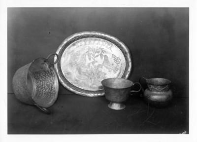Olla, jarras y plato elaborados en cobre, lote