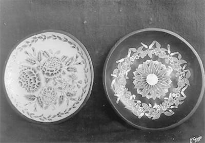 Vista de dos platos de loza vidriada con motivos florales