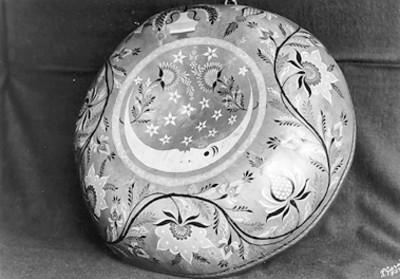 Plato decorad con motivos florales y una luna, detalle