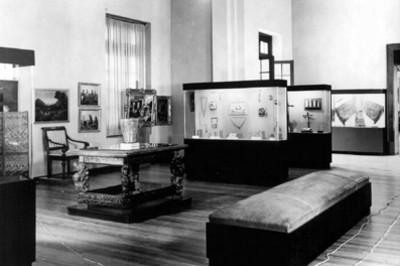 Vitrinas con joyería, cristos y textiles en una sala del Museo Nacional de Historia