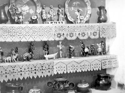 Platos, jarras y figuras antropomorfas fabricados en cerámica vidriada, lote