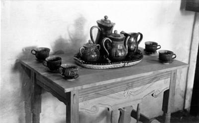 Juego de jarras y tazas fabricadas en barro vidriado, lote