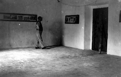 Hombre observa pinturas exhibidas en un museo
