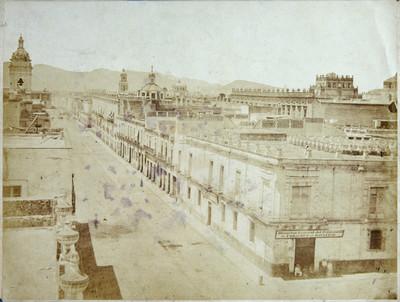 Vista parcial de una calle circundada por edificios civiles e iglesias