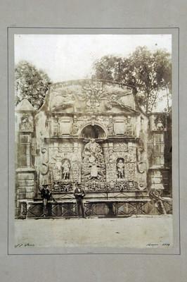 Hombres frente a la fuente de la Tlaxpana, en la calzada de San Cosme
