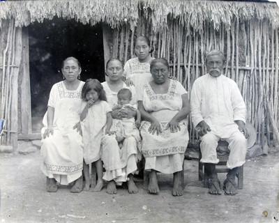 Familia indígena del área maya, retrato