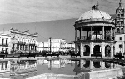 """Plaza con kiosco en """"Durango"""", tarjeta postal"""