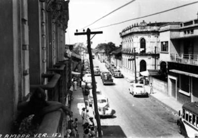 "Vida cotidiana en la calle Manuel Ávila Camacho en ""G. Zamora Ver."", tarjeta postal"