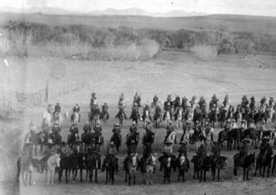 Formación de una cabalgadura armada en campos de cultivo, vista general