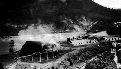 Panoramica de las isntalacines de la escuela y vias del tren en Necaxa