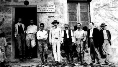 Directivos y empleados, afuera del edificio de la compañía de Real del Monte y Pachuca
