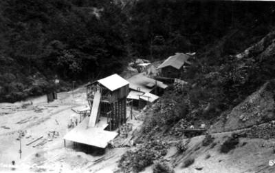 """Construcción de inmuebles de madera en el sitio el """"Crucero A"""" en Necaxa, vista parcial"""