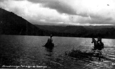 Hombres montados en caballos en el lago de Tenango, vista parcial