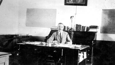 Hombre sentado frente a su escritorio, retrato