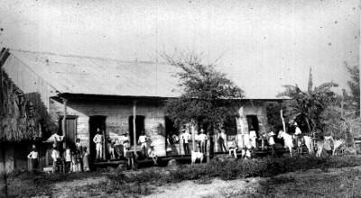 """Indígenas afuera de la """"Hacienda de San Rafael"""""""