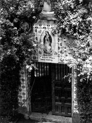 Fachada de una casa decorada con mosaico de la Virgen de Guadalupe