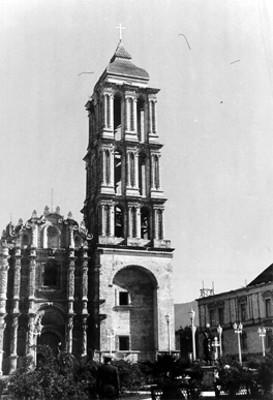 Fachada y torre de la Iglesia dedicada al Apóstol Santiago el Mayor