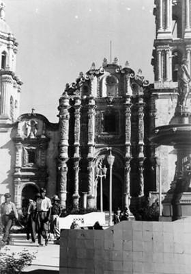Hombres transitan frente a la iglesia del Apóstol Santiago el Mayor