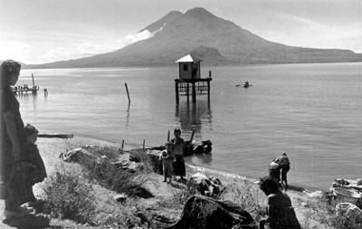 Mujeres y niños a la orilla del lago de Atitlán
