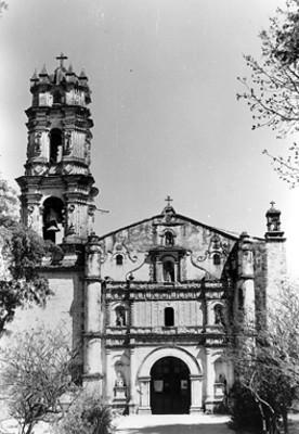 Iglesia, fachada y atrio, vista general