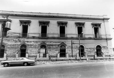 Fachada de un edificio en remodelación, vista parcial