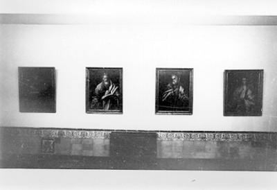 Sala de Museo con pinturas y retratos de eclesiásticos
