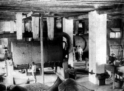 Trabajadores realizan el secado del café dentro de un almacén