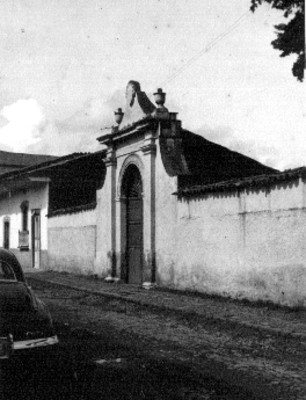 Fachada de una casa, vista parcial