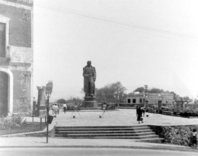 Monumento en una plaza pública, vista general