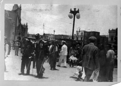 Gente y militares en una calle