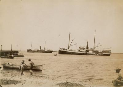 Hombres y embarcaciones en la playa