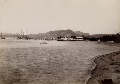 Embarcaciones a la orilla del puerto