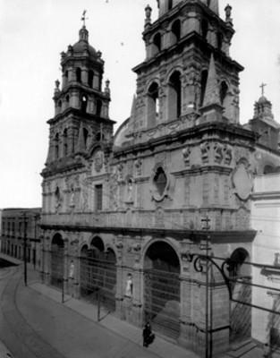 Hombres frente a la Iglesia de la Compañía de Jesús, vista general