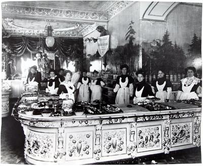 Empleadas en el mostrador de la pastelería El Globo