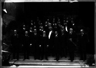 José Ives Limantour, ministro de Hacienda acompañado de otras personalidades en las escalinatas de un edificio, retrato de grupo