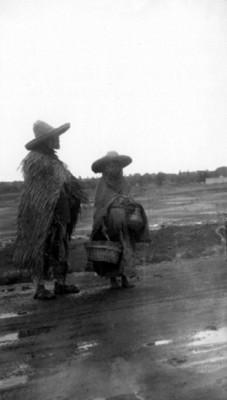 Pareja indígena en la carretera
