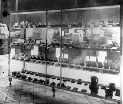 Vitrina que muestra joyería, artefactos y cerámica prehispánica