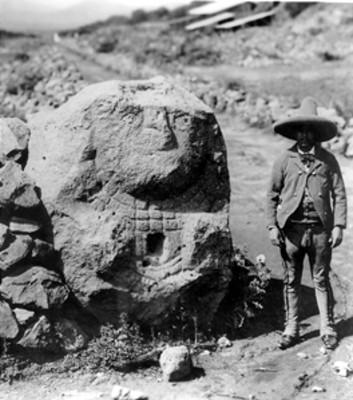 Hombre junto a escultura de Chalchiuhtlicue