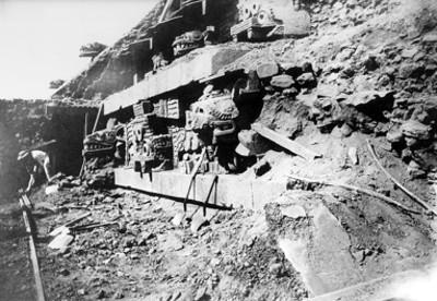 Hombre trabaja en la fachada principal del Templo de Quetzalcóatl