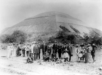 Hombres acompañados de músicos durante día de campo en Teotihuacán, retrato de grupo
