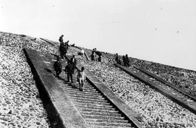 Hombres bajan escalinatas de la Pirámide del Sol