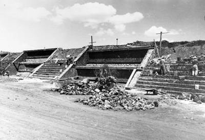 Trabajadores durante la reconstrucción de un edificio en la Calzada de los Muertos