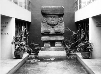 """""""Entrada al Museo"""" con la escultura de Chalchiuhtlicue"""
