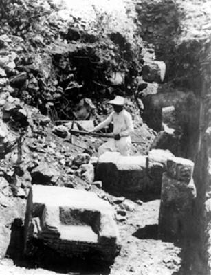 """""""Exploraciones Templo de Tlaloc"""", hombre con pico excava"""