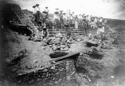 Trabajadores en escalinata durante restauración