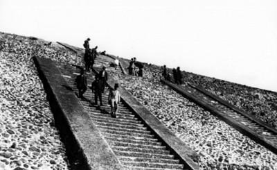 Hombres descienden por la escalinata de la Pirámide del Sol